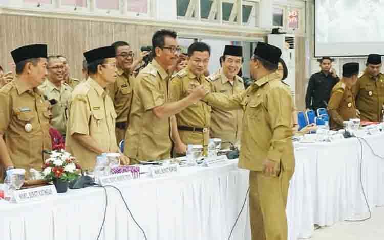Wakil Bupati Barito Utara, Sugianto Panala Putra berjabat tangan dengan wakil Gubernur Kalimantan Tengah, Habib Ismail ketika menghadiri kegiatan Rakor Penanggulangan Kemiskinan Provinsi Kalimantan Tengah Tahun 2019.
