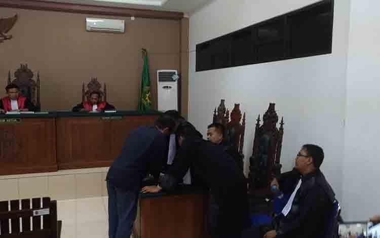 Yantenglie berdiskusi dengan tim penasihat hukumnya usai mendengar tuntutan dari JPU.