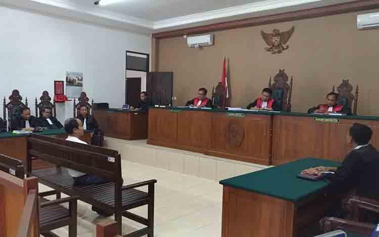 Terdakwa Tekli saat menjalani persidangan di Pengadilan Tipikor Palangka Raya, Selasa, 9 Juli 2019.