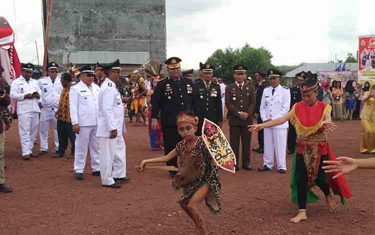 Kapolres Kotim AKBP Mohammad Rommel menyaksikan tarian dayak yang ditampilkan pada puncak peringatak Hari Bhayangkara ke 73 di Kecamatan Parenggean, Rabu, 10 Juli 2019.