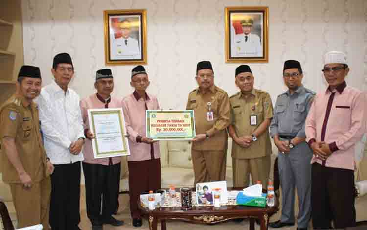 Ketua LPTQ Kapuas Muchtar Ruslan menerima piagam penghargaan dari Ketua LPTQ Kalteng Nuryakin di Kota Palangka Raya, Selasa, 9 Juli 2019