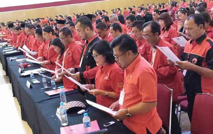 Para pengurus DPC PDIP se Kalteng membacakan sumpah jabatan, Rabu, 10 Juli 2019.
