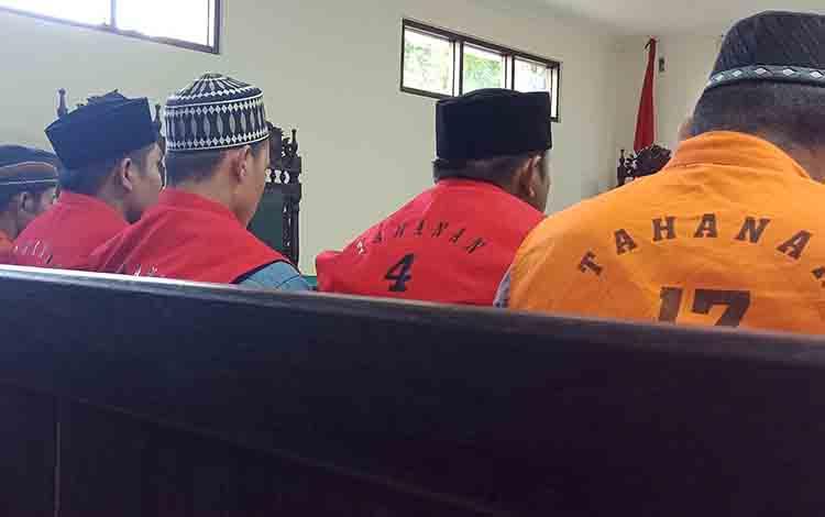 Rum alias Lom, Iw, Rak, MA alias Am, dan Rus alias El terdakwa penganiayaan saat di ruang sidang