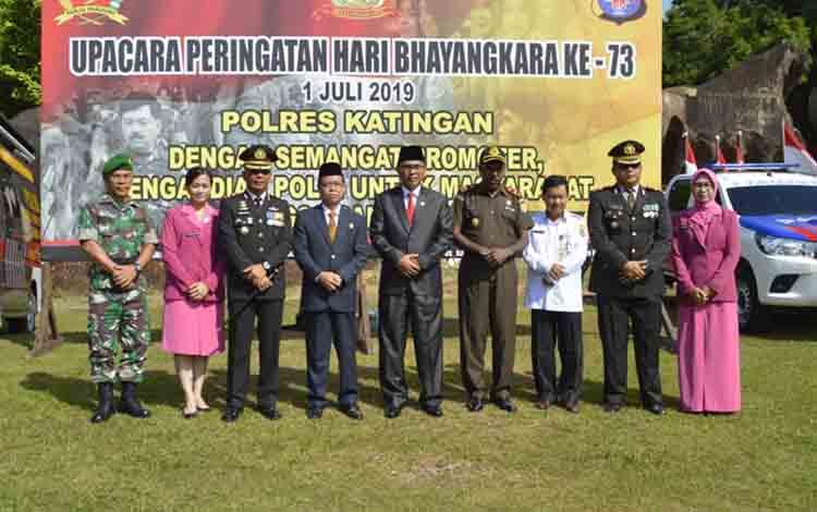 Kapolres Katingan AKBP E Dharma B Ginting serta Bupati Sakariyas dan pejabat lainnya foto bersama usai upacara di Bukit Batu.
