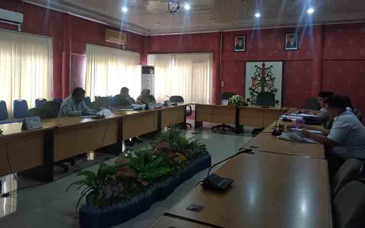 Rapat rancangan perda inisiatif DPRD Kota Palangka Raya.