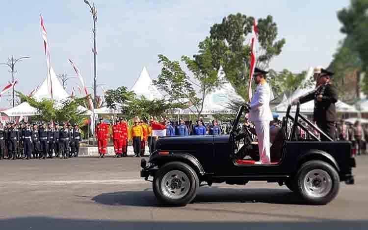 Bupati Pulang Pisau dan Kapolres Pulang Pisau saat memeriksa barisan pada upacara puncak peringatan HUT ke 73 Bhayangkara.