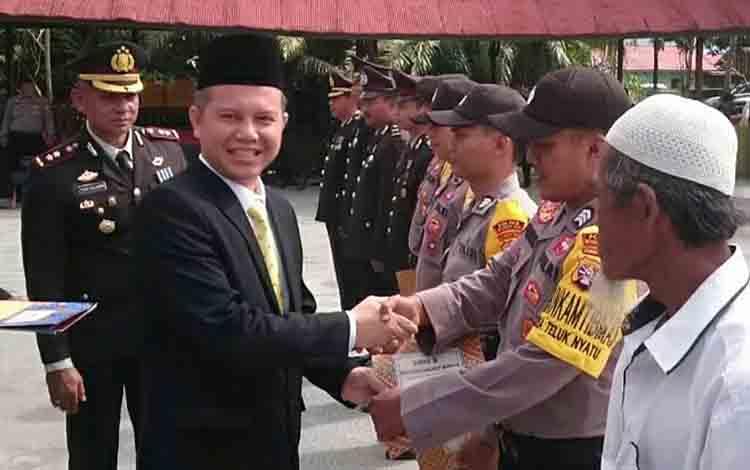 Bupati Gunung Mas, Jaya S Monong menyerahkan piagam penghargaan kepada para pemenang lomba bhabinkamtibmas.
