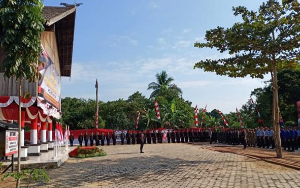 Suasana saat Upacara Peringatan HUT ke-73 Bhayangkara di Rumah Betang Manggatang Utus Sei Pasah, Rabu, 10 Juli 2019.