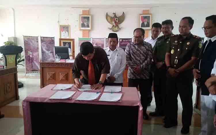 Bupati Barito Timur Ampera AY Mebas menandatangani Nota Kesepahaman dan Kerjasama (NKK) Penggunaan dan Pemanfaatan Jasa Lingkungan Wisata Alam pada kawasan Hutan Produksi IUP-HHK-HA PT Hasnur Jaya Utama (HJU), Rabu 10 Juli 2019 di Aula Rapat Bupati.