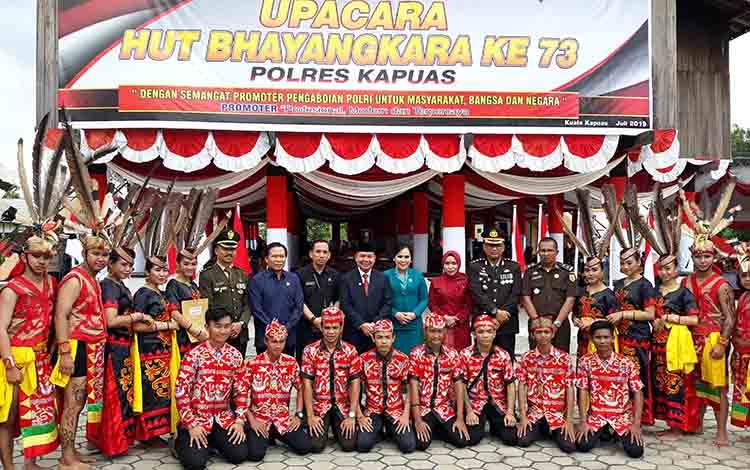 Kapolres Kapuas AKBP Tejo Yuantoro bersama unsur Forkopimda dan penari lokal di Rumah Betang Manggatang Utus, Kampung Sei Pasah, Kecamatan Kapuas Hilir, Rabu, 10 Juli 2019.