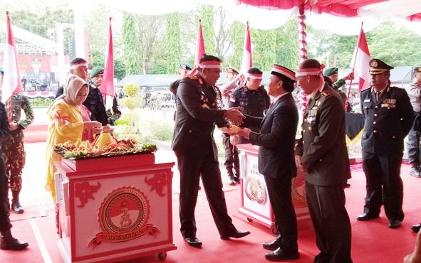 Gubernur Kalteng Sugianto Sabran menerima potongan tumpeng pertama dari Kapolda Kalteng Irjen Anang Revandoko saat syukuran HUT Bhayangkara, Rabu, 10 Juli 2019.