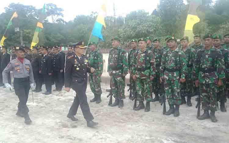 Kapolres Barsel, AKBP Wahid Kurniawan memeriksa pasukan pada upacara peringatan HUT Bhayangkara, Rabu, 10 Juli 2019.