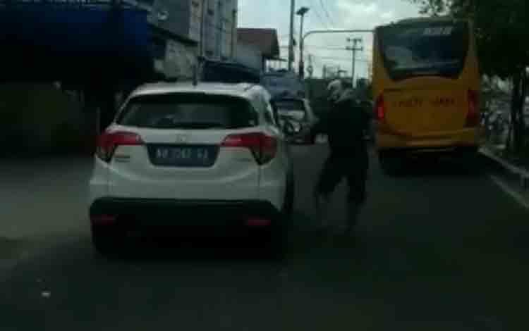 Potongan video pemotor yang memukul mobil HRV putih di Pangkalan Bun.