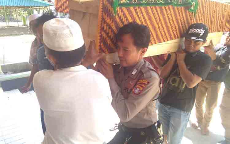 Jasad korban saat dibawa dari rumah duka di Kecamatan Kapuas Barat, untuk dimakamkan.
