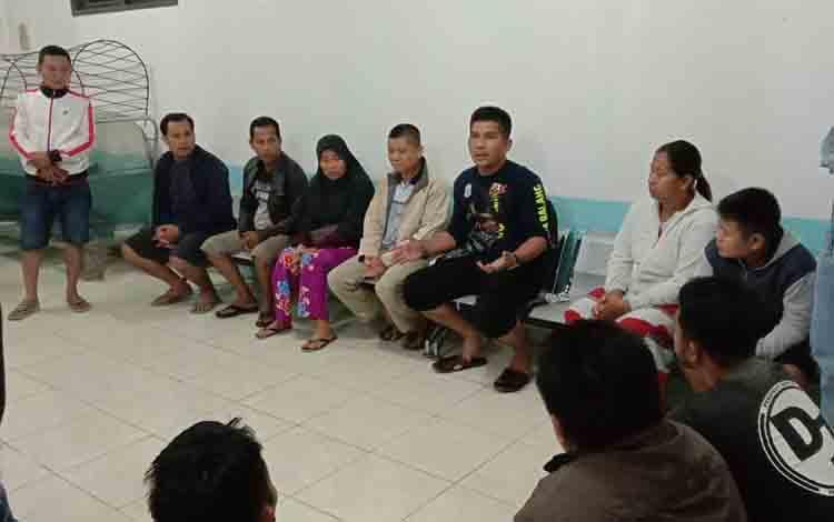 Polsek Murung saat membawa korban penusukan di RSUD Puruk Cahu