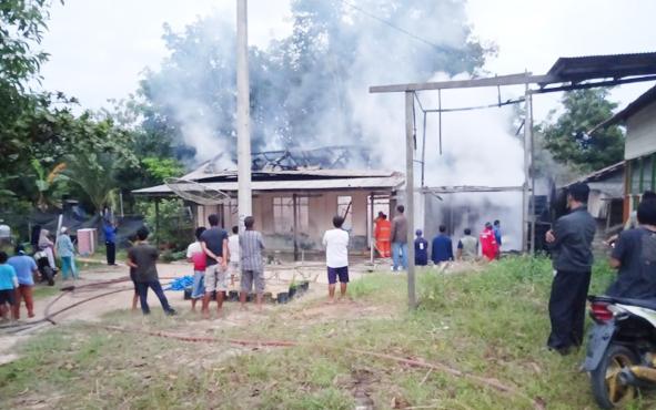 Warga nenonton musibah kebakaran yang menghanguskan sebuah rumah di Desa Sumber Agung, Kecamatan Pangkalan Lada, Kabupaten Kobar, Kamis, 11 Juli 2019.