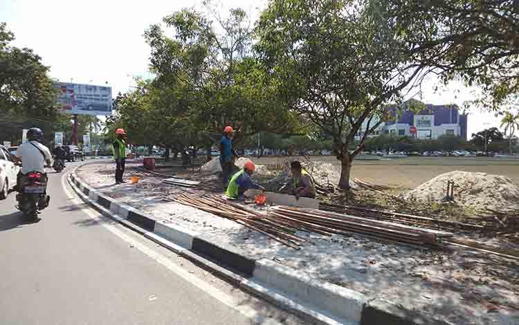 Renovasi di Bundaran Besar Palangka Raya sedang berlangsung.