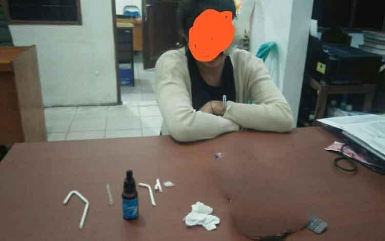 Tersangka sabu yang merupakan tahanan Kejaksaan Negeri Kotim saat diperiksa bersama barang bukti di ruang Satreskoba Polres Kotim.