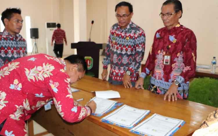 Wabup Katingan Sunardi Litang didampingi Kepala Dinas Pendidikan M Hasrun menyaksikan penandatangan fakta integritas guru dan tenaga kependidikan, Kamis, 11 Juli 2019.