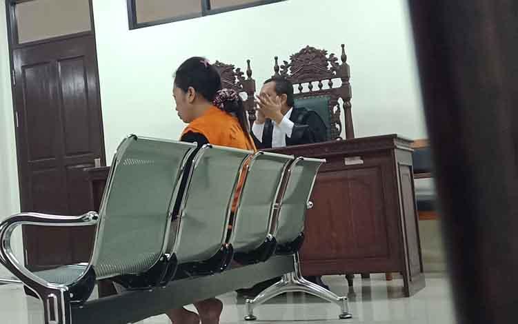 Nor Hasanah alias Nur, terdakwa kasus sabu saat menjalani sidang di Pengadilan Negeri Sampit.