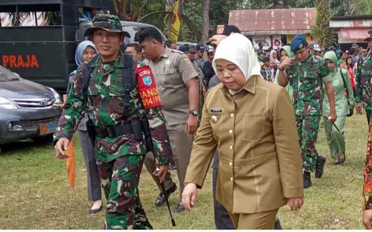 Dandim 1014 Pangkalan Bun Letkol Inf Muhammad Roni Sulaiman, dan Bupati Kobar Nurhidayah saat pelaksanaan TMMD Reguler ke 105 di Kelurahan Pangkut, Kecamatan Aruta.