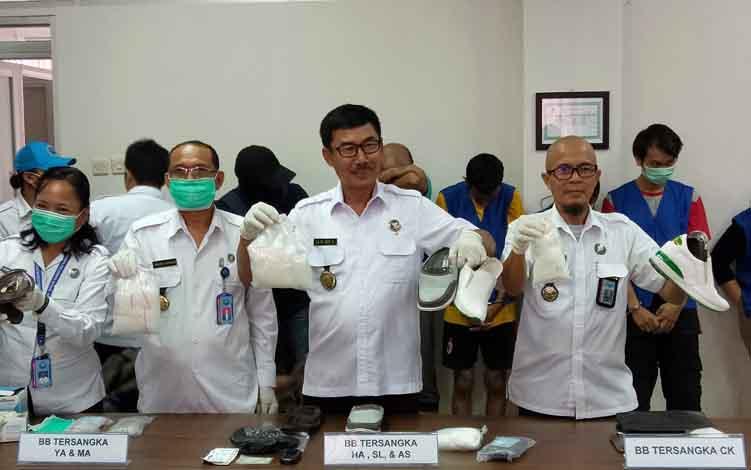 Kepala BNNP Kalteng, Brigjen Pol Lilik Heri Setiadi bersama anggotanya menunjukan barang bukti, Kamis, 11 Juli 2019.