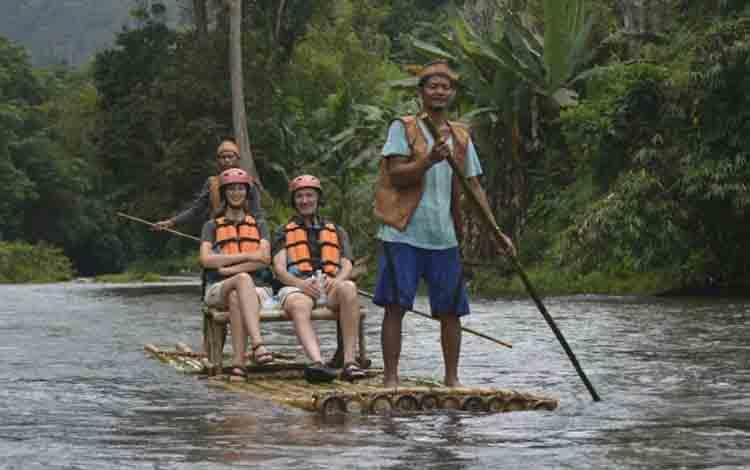 Wisatawan mancanegara saat menikmati suasana alam dengan Bamboo Rafting di Kecamatan Delang.
