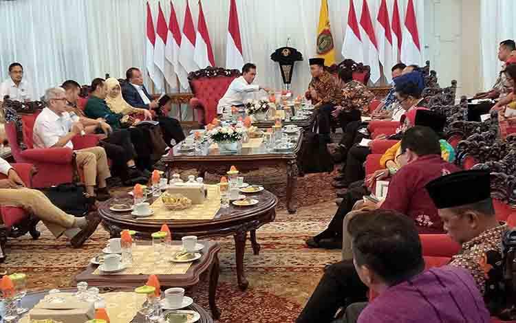 Suasana audiens Gubernur Kalteng Sugianto Sabran dan Tim BPH Migas di Istana Isen Mulang, Kota Palangka Raya, Kamis, 11 Juli 2019.
