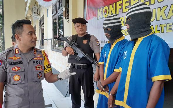 Kapolres Sukamara AKBP Sulistiyono saat mengintrogasi terangka pengguna narkoba, Rabu, 10 Juli 2019.