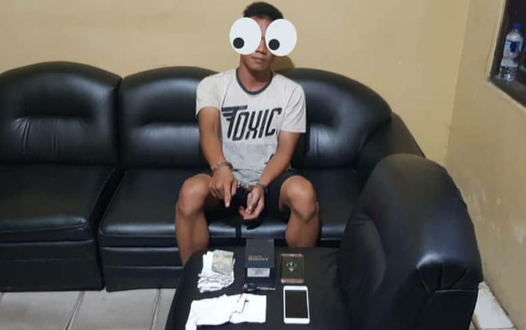 Tersangka penipuan saat diamankan di Polsek Ketapang