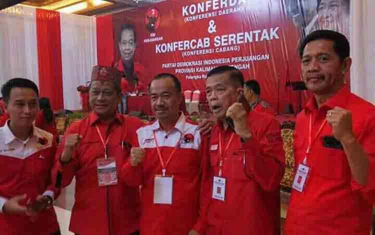 Yulhaidir (tengah) bersama Ketua DPD PDIP Kalteng Atu Narang dan politisi PDIP lainnya.