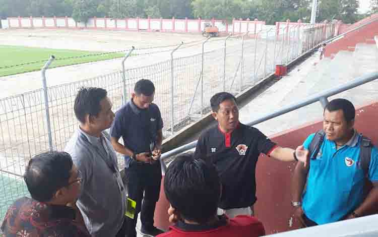 PT Liga bersama manajemen Kalteng Putra memverifikasi Stadion Tuah Pahoe Palangka Raya, Jumat, 12 Juli 2019.