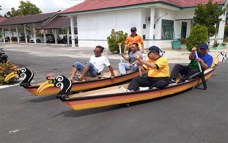 Kepala Disporapar Sukamara Ahmad Zunani mencoba perahu tengkung yang akan dilombakan