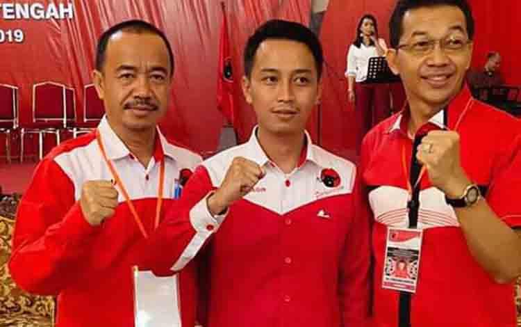 Ferry Khaidir (tengah) bersama ayahnya, Bupati Seruyan Yulhaidir (kiri) dan Bupati Murung Raya Perdie M Yoseph yang juga kader PDIP saat Konfercab PDIP di Palangka Raya.