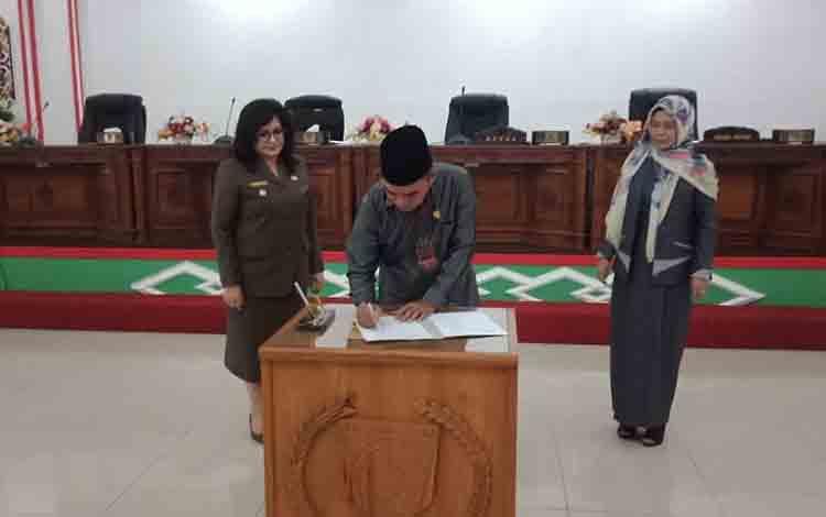 Ketua DPRD Barsel, Tamarzam menandatangani kesepakatan bersama dua raperda, Jumat, 12 Juli 2019.