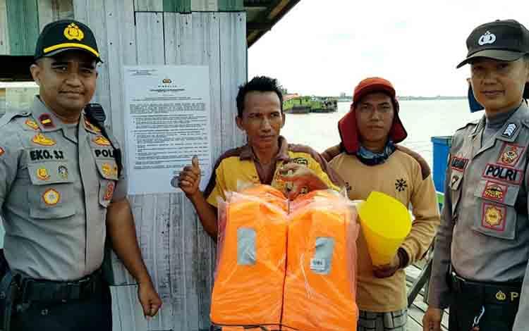 Kapolsek Kapuas Barat Ipda Eko Sutrisno saat melakukan pengecekan alat keselamatan feri penyebrangan, Jumat, 12 Juli 2019