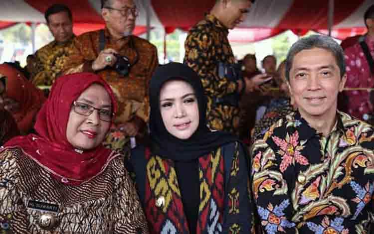 Wakil Bupati Seruyan, Iswanti (tengah) ketika menghadiri peringatan Hari Lanjut Usia Nasional atau HLUN ke 23 di Bandung, Jawa Barat, Rabu 10 Juli 2019.