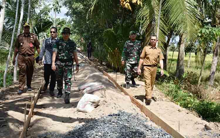 Asisten III Setda Kapuas Vitrianson (paling kanan) saat meninjau TMMD di Desa Wargo Mulyo, Kecamatan Kapuas Kuala, Kamis, 11 Juli 2019.