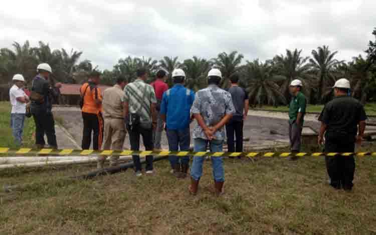 Proses evakuasi jenazah karyawan PT. GSDI yang meninggal lantaran terpeleset dan tenggelam dalam kolam limbah