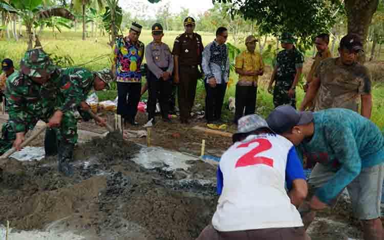 Personel Kodim 1011 KLK sedang membuat jalan usaha tani dalam program TMMD di Desa Wargo Mulyo, Kecamatan Kapuas Kuala, Kamis, 11 Juli 2019