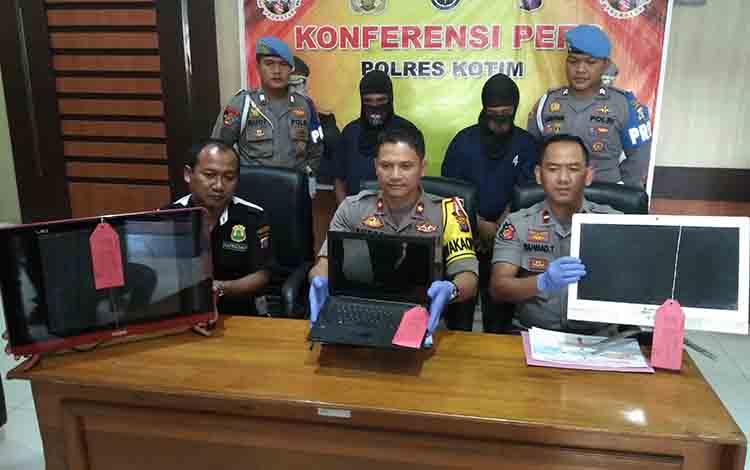 Wakapolres Kotim, Kompol Endro Aribowo didampingi Kapolsek Cempaga Hulu, Ipda Rahmad Tuah, saat ekspos kasus curat di Polres Kotim, Jumat, 12 Juli 2019.