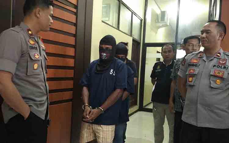 Wakapolres Kotim, Kompol Endro Aribowo bersama Kapolsek Cempaga Hulu, Ipda Rahmad Tuah saat menginterogasi tersangka, Jumat, 12 Juli 2019.