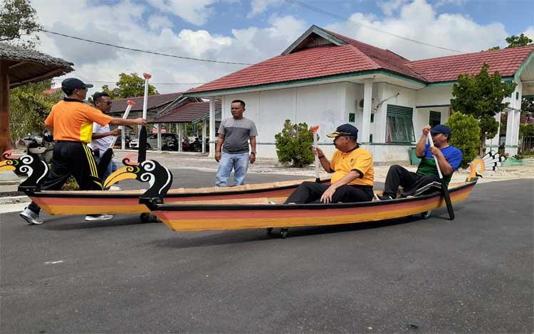Kepala Disporapar Sukamara Ahmad Zunani memcoba perahu tengkung yang nantinya akan dilombakan