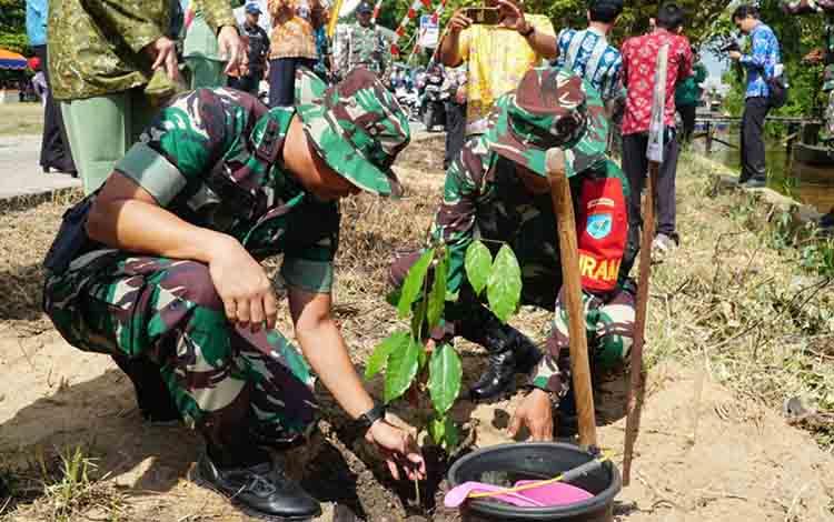 Penanaman pohon buah, sebagai salah satu program TMMD Kodim 1011 KLK di Desa Wargo Mulyo, Kecamatan Kapuas Kuala.