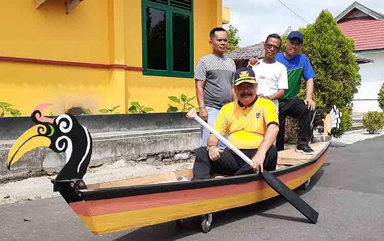 Kepala Disporapar Sukamara Ahmad Zunani saat memcoba perahu tengkung yang akan diperlombakan