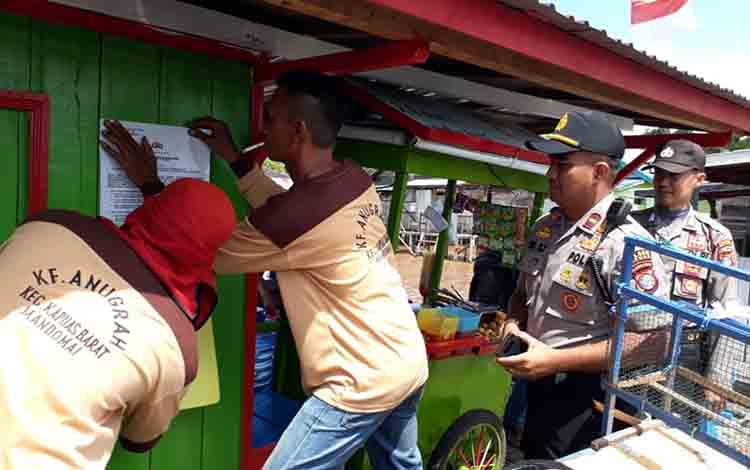 Pemasangan imbauan Polsek Kapuas Barat di Feri Penyebrangan Mandomai pada Jumat, 12 Juli 2019