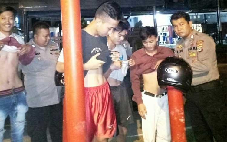 Anggota Polsek Kurun memeriksa badan terhadap pemuda