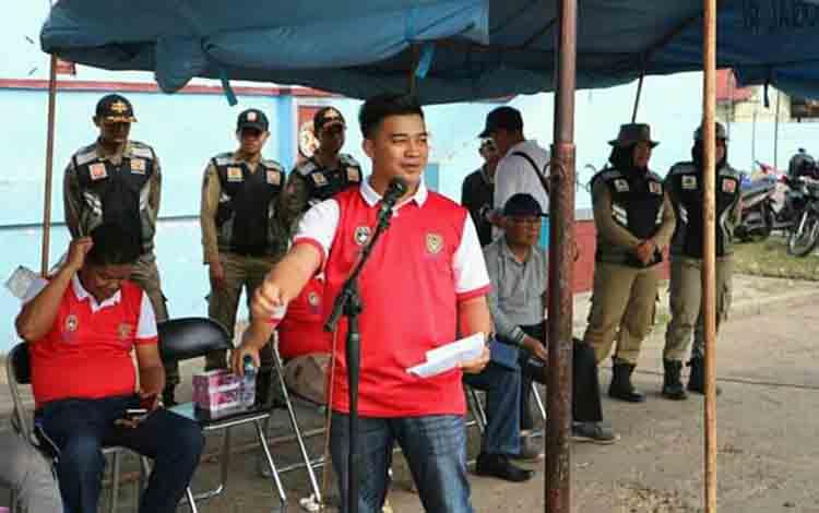 Ketua Panitia Turnamen Sepak Bola Bupati Seruyan CUP, Zulkipli Khaidir saat menyampaikan sambutan pada pembukaan