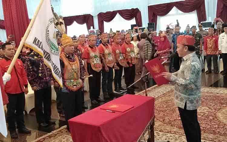 Gubernur Kalteng Sugianto Sabran saat mengukuhkan pengurus DPP HWKatingan, Jumat, 12 Juli 2019.