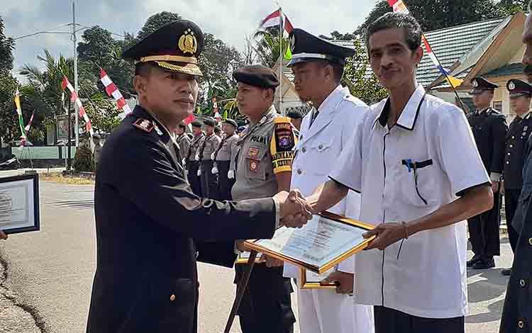 Ketua KAN Sukamara, Sarbini menerima penghargaan